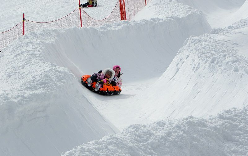 チュービングに乗って雪の上で滑りましょう!