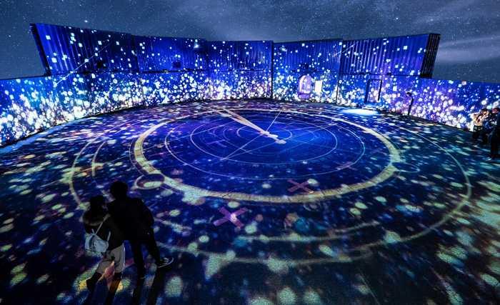 プロジェクションマッピング等の光と映像、多様なテクノロジーを用いて紡ぎだされる、星々の物語。