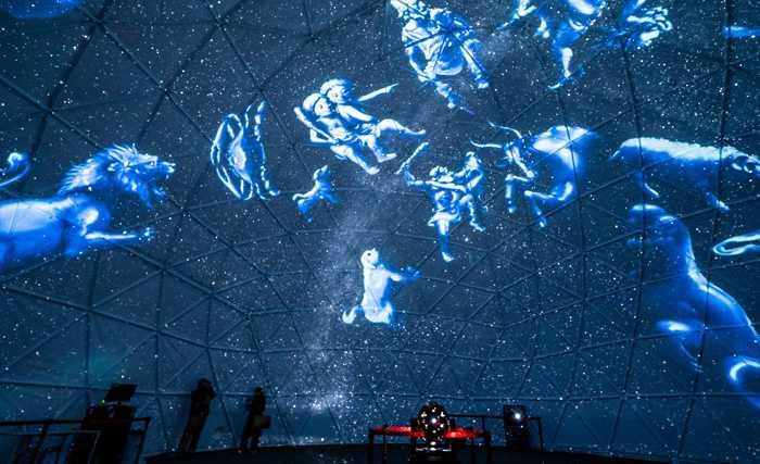阿智村の日本一の星空とプロジェクションマッピング等の光の演出によるショーのコラボレーションをお楽しみいただけます。